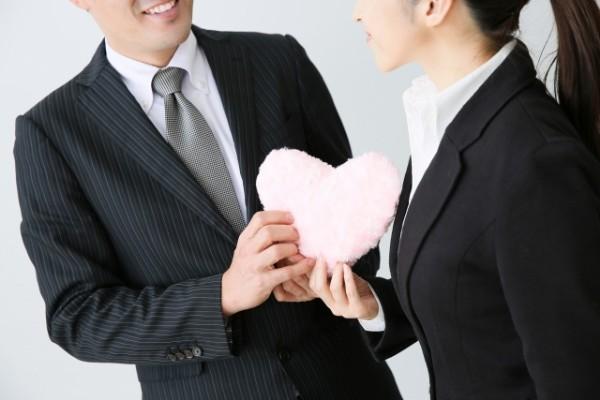 職場の気になる女性へのアプローチは慎重に!